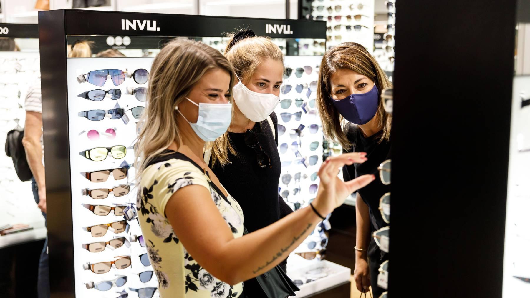 Zug ist der erste Kanton in der Zentralschweiz, der eine Maskenpflicht in Läden einführt. (Symbolbild)