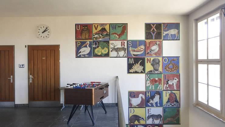 Das Wandbild der Künstler Eugen Jordi (1894 - 1983) und Emil Zbinden (1908 - 1991) ist wegen seiner stereotypen Darstellung von Menschen aus Afrika, Asien und Amerika umstritten.