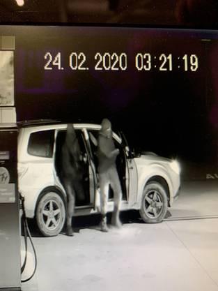 Embrach ZH, 24. Februar: Drei Männer sind mit einem gestohlenen Fahrzeug in einen geschlossenen Tankstellenshop in Embrach eingedrungen.