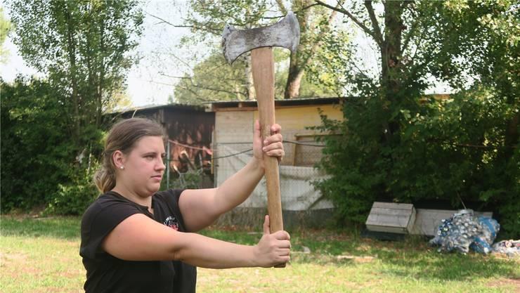 Ob mit Baum oder Axt: Heidi Vonbank spielt seit neun Jahren Highland Games.