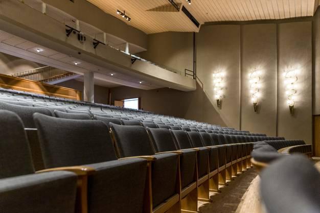 Alte Stühle, neu gepolstert: der Zuschauerraum.