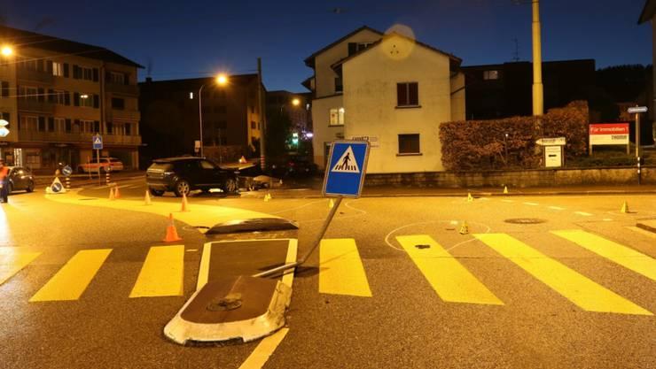 Der Autofahrer prallte zunächst in ein Schild und anschliessend in eine Stützmauer.