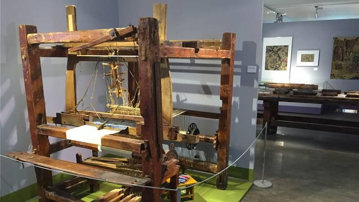 Ein handgefertigter Webstuhl von 1855 aus Todtmoos im Schwarzwald. Er wurde mit den Händen und den Füssen angetrieben.