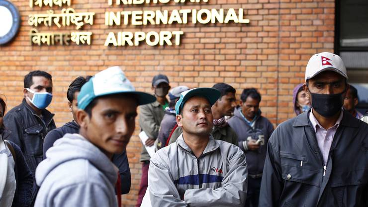 Am Tag nach der Bruchlandung eines Linienflugzeugs ist die Startbahn von Nepals einzigem internationalen Flughafen geschlossen geblieben.