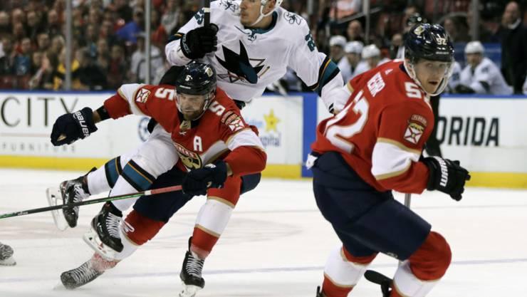 Timo Meier, der Appenzeller Stürmer in Diensten der San Jose Sharks, wird von Floridas Verteidiger Aaron Ekblad gestoppt