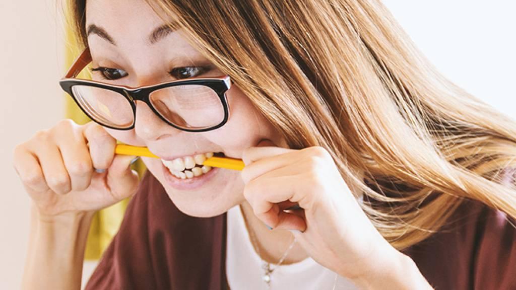 Wer im Stress ist, kann das Auftreten von Symptomen wie beispielsweise Kopfweh durch Lachen abmildern. Eine Studie der Uni Basel zeigt nun überraschend, dass die Intensität des Lachens dabei keine Rolle spielt. Schon ein Schmunzeln entfaltet eine wohltuende Wirkung. (Bild zVg)