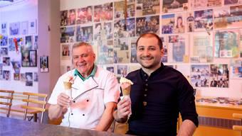 Altmeister Silvio Fant (links) und Neu-Besitzer Sedat Celebioglu geniessen eine selbst gemachte Glace.Mario Heller