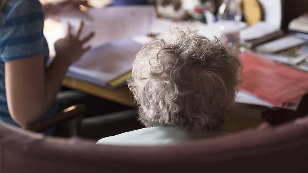 Laut pro Senectute sind bis zu einer halben Million Menschen im Pensionsalter jährlich von Gewalt und Missbrauch betroffen. (Symbolbild)