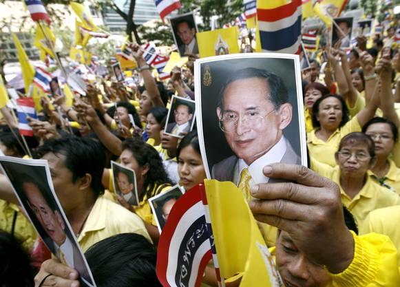 Tausende Thailänder halten Bilder des Königs Bhumibol Adulyadej hoch.