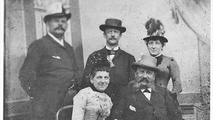 Josie Werder-Isler mit ihrem Vater Jean Isler-Cabezas (sitzend) umringt von Robert Bruggisser sowie Hermann und Elvira Nieriker-Isler am Berner Sängerfest um 1883.