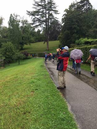 Mit Regenschirmen und Wanderschuhen waren alle gut ausgerüstet.