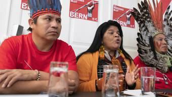 Die Vertreter der indigenen Gemeinschaften Brasiliens, Elizeu-Guarani Kaiowà, Sonia Guajajara, und Kreta Kaingang (v.l.n.r.), warnen vor den Medien in Bern vor den Konsequenzen des Freihandelsabkommens für die Indigenen und die Umwelt.