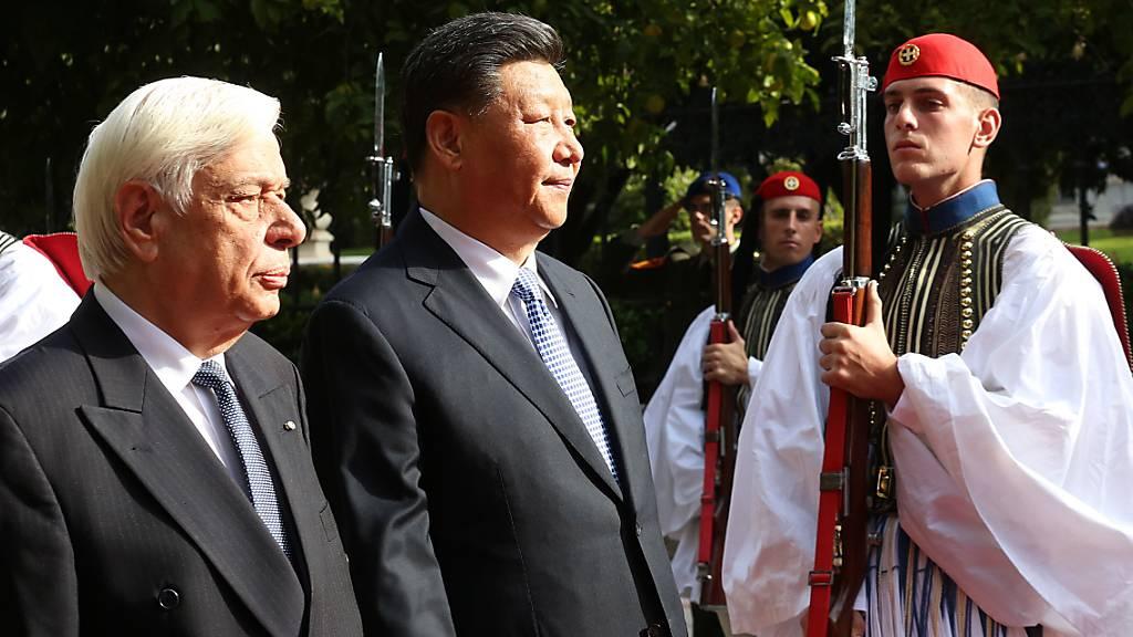 Xi Jinping (Mitte) inspiziert mit seinem Gastgeber, dem griechischen Präsidenten Pavlopoulos (links) die Ehrengarde vor der Präsidialresidenz in Athen.
