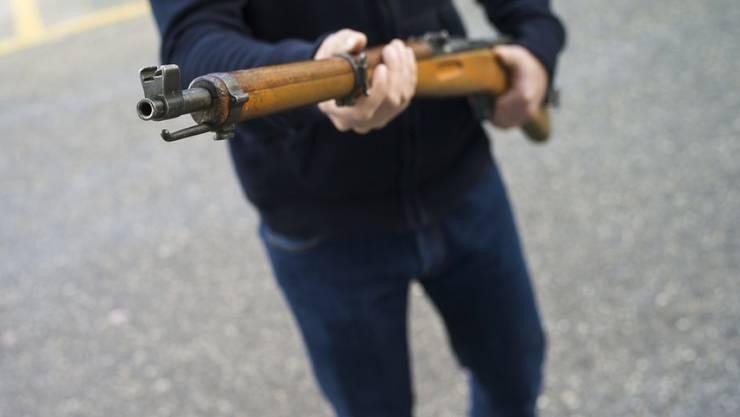 Verurteilung wegen mehrfacher versuchter Tötung. Ein Mann im Wallis drohte seiner Familie mit Gewalt. (Symbolbild)