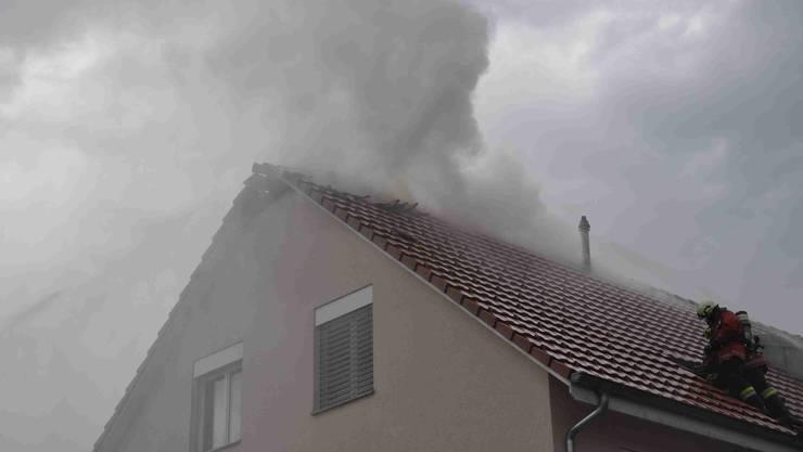Rauch steigt aus dem Dachstock