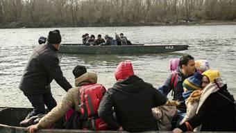 Flüchtlinge versuchen mit Booten von der Türkei nach Griechenland zu gelangen. Viele werden vorher gestoppt.