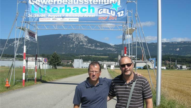 Rolf Lehmann (l.) und Hugo Schumacher vor dem Eingangstor zur Gewerbeausstellung in der Hefefabrik Süd (links hinten von Lehmann).