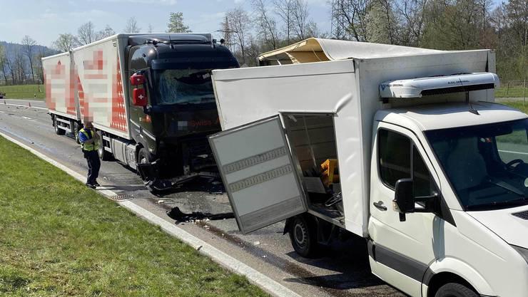 In Würenlos prallte ein Lastwagen fast ungebremst in einen Lieferwagen.