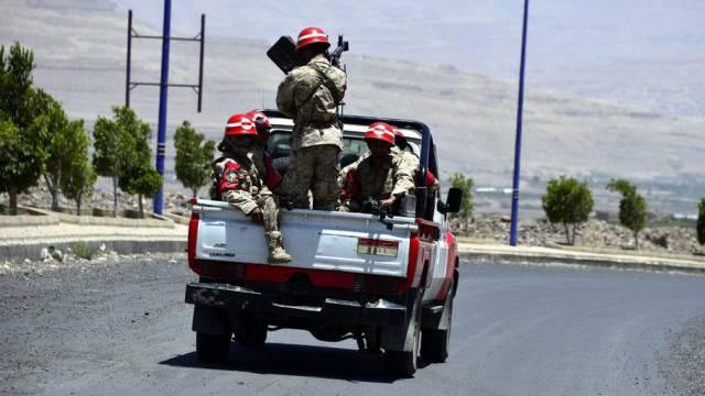 Jemenitische Soldaten gehen in der Provinz Amran auf Patrouille.