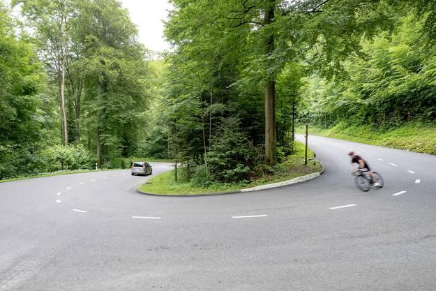 An dieser Stelle krachte es: Der Rennvelofahrer war bergab unterwegs – kurz nach der Kurve kam ihm der Sportwagen entgegen.
