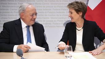 Bundesrat Johann Schneider-Ammann und Bundesrätin Simonetta Sommaruga sind sich einig: Sie halten die Selbstbestimmungsinitiative der SVP für gefährlich.