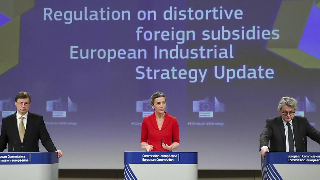 Margrethe Vestager (M), Valdis Dombrovskis (l) und Thierry Breton, Kommisar für den EU-Binnenmarkt, während einer Pressekonferenz. Foto: Yves Herman/Pool Reuters/AP/dpa