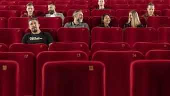 Testmodels zeigen die Abstandsregelung in einem Kinosaal der Arena Cinemas anlaesslich des Schutzkonzeptes für die Besucher.
