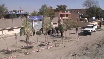 In Kabul waren Explosionen zu hören. Nach Angaben des Krankenhauses wurde ein Kind getötet. 30 Menschen seien verletzt worden.