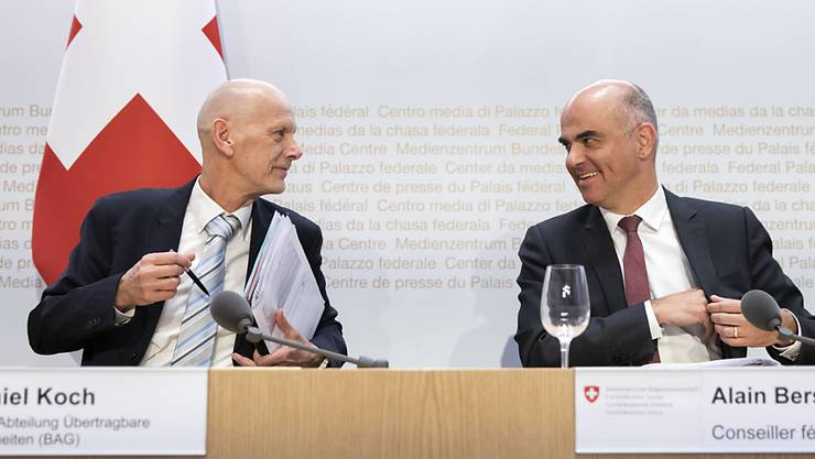 Bundesrat Alain Berset (rechts) diskutiert mit Daniel Koch, Delegierter Covid-19, an einer Medienkonferenz zum Coronavirus. (Archivbild)