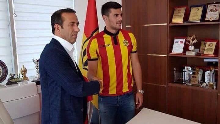 Danijel Aleksic posiert bereits im Trikot des türkischen Vereins.