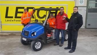 Freuen sich über den elektrobetriebenen «Club Car» (von links): Gemeindearbeiter Philipp Stähli, die Lernende Lea Oppikofer, Werkkommissionspräsident Harry Reist und Rolf Lerch von der Lieferfirma Lerch Dulliken GmbH.
