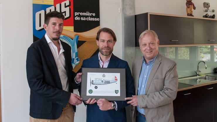 Vereinbarung zur Zusammenarbeit unterzeichnet: Rolf Studer (Mitte, Co-CEO von Oris) mit den Vertretern von Hangar 31 Peter Brotschi (rechts, Präsident) und Ian Lienhard (Finanzchef).