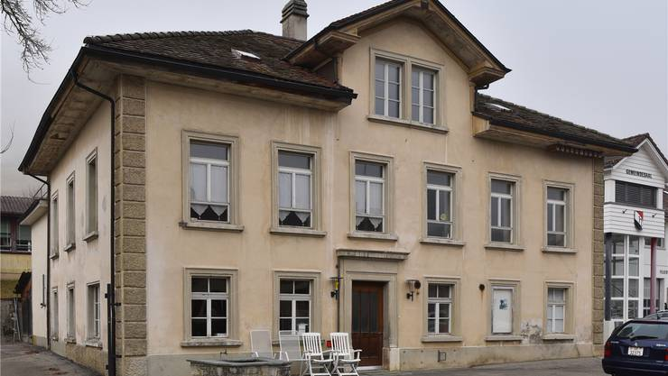 Viele hängen in Holderbank am alten Schulhaus. (16. Dezember 2016)
