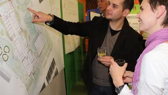 Besucher interessieren sich für die Pläne des Erweiterungsbaus Hasel.