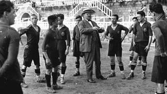 Barcelona-Präsident Hans Gamper im Kreise seiner Spieler circa 1918, als die Welt noch in Ordnung war.