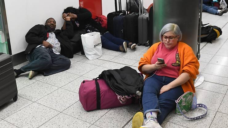 Zehntausende Gestrandete am Flughafen Gatwick versuchen sich die Zeit totzuschlagen.