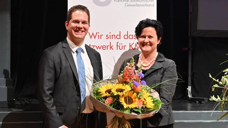Amtsübergabe: Neue Verantwortung für Christian Werner, Blumen für Marianne Meister.