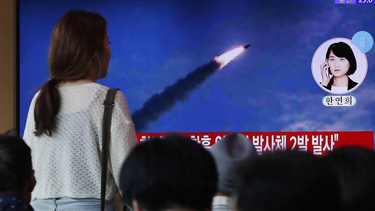 Menschen in Südkorea verfolgen Medienberichte über Raketentests im nördlichen Nachbarland Nordkorea. (Archivbild)