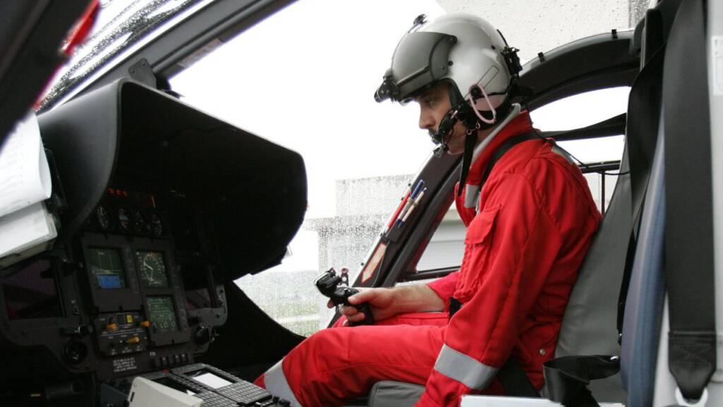 Ein Helikopterpilot der REGA startet den Helikopter für einen Einsatz. (Archivbild)