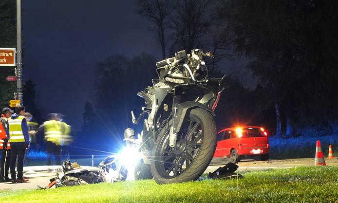Tödlicher Unfall in Schinznach-Bad: Der 18-jährige  Motorradfahrer verstarb noch auf der Unfallstelle. Ein 73-jähriger Autolenker hatte ihn an einer Kreuzung übersehen.