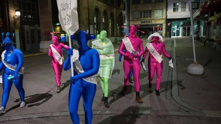Eine als Virus verkleidete Gruppe marschierte zum nicht stattfindenden Morgestraich 2020 durch die Stadt Basel.
