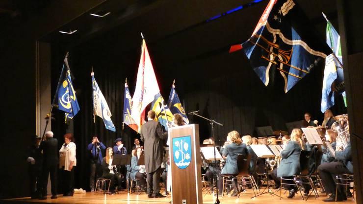 Das Jahreskonzert der Musikgesellschaft Schinznach-Dorf stand ganz im Zeichen der Fahnenweihe;Übergabe der neuen Fahne an den Fähnrich Bruno Schnyder.