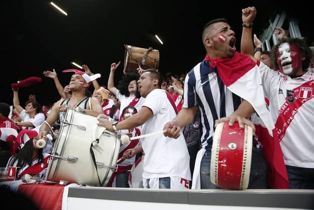 Lautstark sind die peruanischen Fans auch.