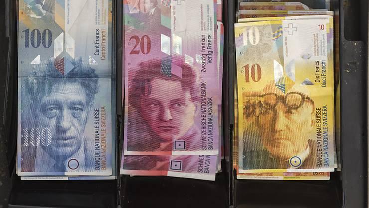Will jemand Beträge ab 100'000 Franken bar bezahlen, müssen Händler vom neuen Jahr an einen Ausweis verlangen. Der Bundesrat hat die neue Geldwäschereiverordnung verabschiedet. (Symbolbild)