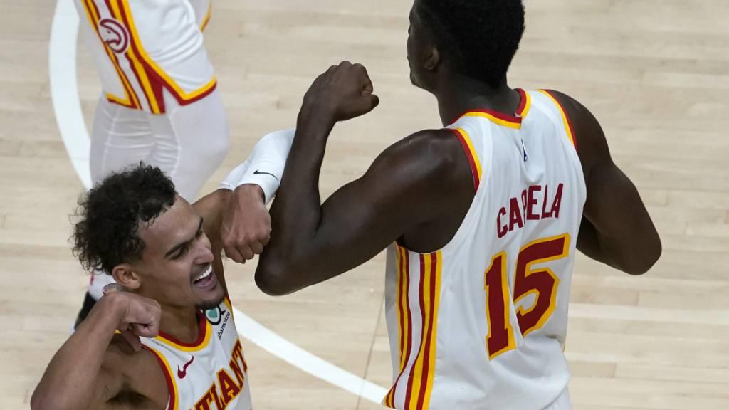 Clint Capela (Nummer 15) schafft mit 26 Rebounds einen persönlichen Bestwert in der NBA