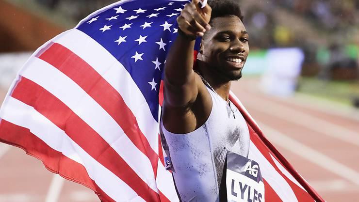 Noah Lyles  feiert in Brüssel mit der US-Flagge seinen Sieg über 200 m.
