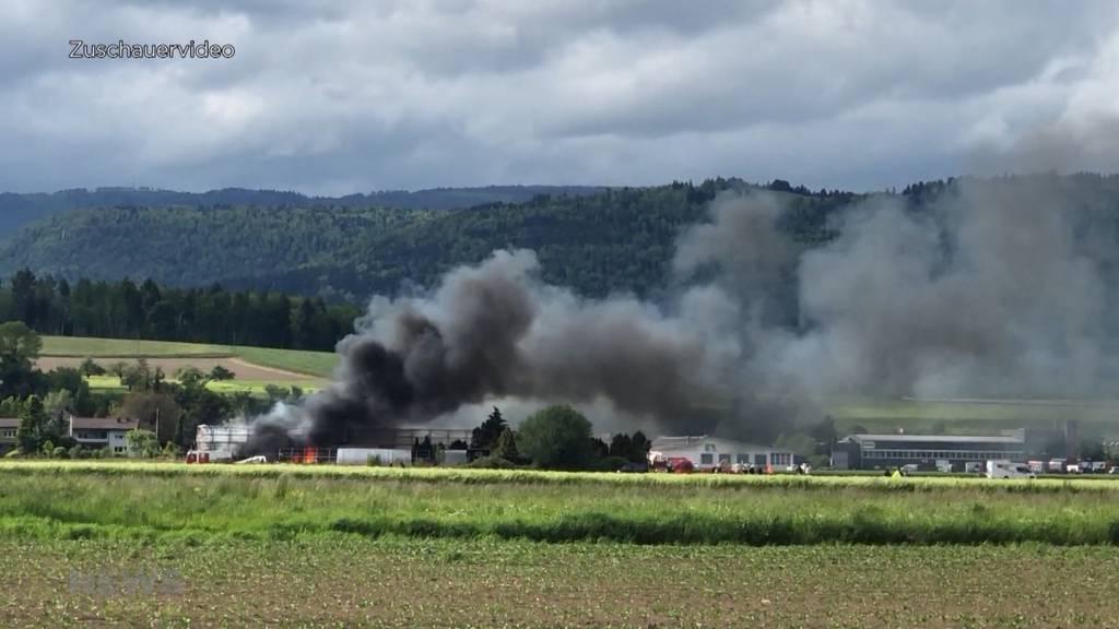 Explosionen bei Grossbrand in Aegerten: In Lagerhalle brennen mehrere Camper mit Gasflaschen