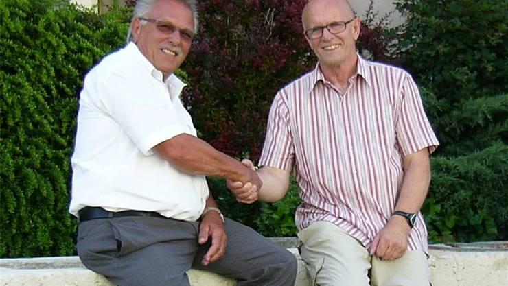 Der noch amtierende Gemeindepräsident Willy Hafner (links) gratuliert dem neu gewählten Roland Stampfli.