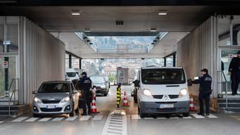 Für eine Aufhebung der Grenzkontrollen an der Südgrenze, wie hier in Chiasso, sei es noch zu früh, schreibt das Staatssekretariat für Migration (SEM).