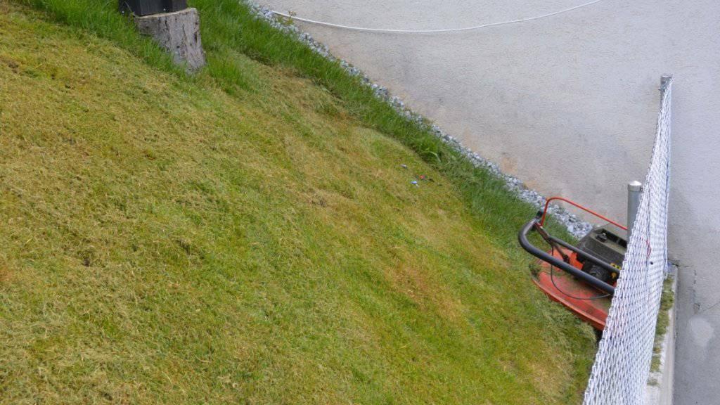 Beim Mähen dieser Böschung in Filisur GR rutschte ein Mann aus und geriet mit einem Fuss in das sich drehende Messer des Rasenmähers.